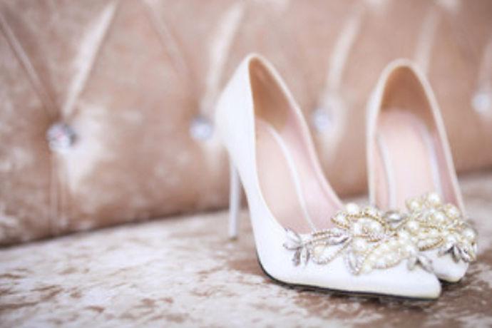 2019春季婚鞋的品种非常多,而且质量非常好,很适合新人使用,因为好的婚鞋不仅是适合走路,它更重要的是凸显出一个人的气质。新娘是婚礼当中最美丽的角色,她需要一双美丽的婚鞋来让她更加光彩动人,并且凸显出她独特的气质,所以在挑选婚鞋的时候,一定要根据2019春季婚鞋流行的款式来选择,这样才可以挑选出独特又美丽的婚鞋,才能让整个婚礼更加有意义。