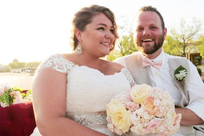除了在婚礼上可以穿一身美丽的婚纱之外,拍摄婚纱照的时候也是可以穿上好看的婚纱的,在拍摄婚纱照这件事情上,相信大家都是非常兴奋的。不过,对于胖新娘来说,挑选婚纱或者是拍摄的过程中,大家也会担心自己的身材暴露了缺点。其实这个问题大家也不必过分担心,把握胖人婚纱照拍摄技巧,其实这个婚纱照的拍摄也是一件比较好解决的事儿。