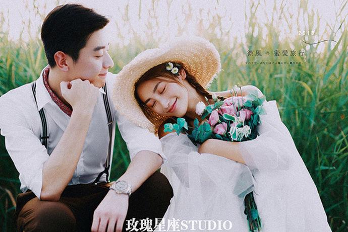 日系婚纱照给人的感觉是非常浪漫而清新的,唯美的画面让日式森系婚纱照这几年备受年轻人的喜欢。大家可以多多了解一下拍摄日式婚纱照技巧,这样日系婚纱照就可以拍得更加地好看。由于日系婚纱照的拍摄方式和其他风格的婚纱照还是有很多不一样的地方的,所以,对于人物姿态、表情和动作等都是需要重点把握的,这样才可以拍出自然的风格片。