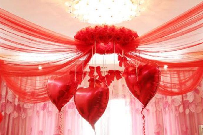 在传统的婚宴中,不管是中式还是西式,都有很多新人所喜爱的,而位于室内的婚宴一般都会用较多彩带布置。婚宴场地的布置,往往离不开鲜花、彩带以及气球,好好运用这些材料,便可以营造出一个童话般梦幻的仙境,更能营造出完美浪漫的小天堂。