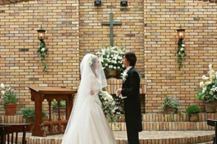 教堂婚礼采用了西方的婚礼形式,最常见的教堂婚礼举行的时间一般有两个,其中一种是在下午或者傍晚举行,另一种是在中午十一点左右举行,接着便举行午餐宴会,轻松愉快,相对于中午举行,晚上举行更加的正式,一般都是在室内举行。在神和亲人的共同祝福下走进婚礼的殿堂。
