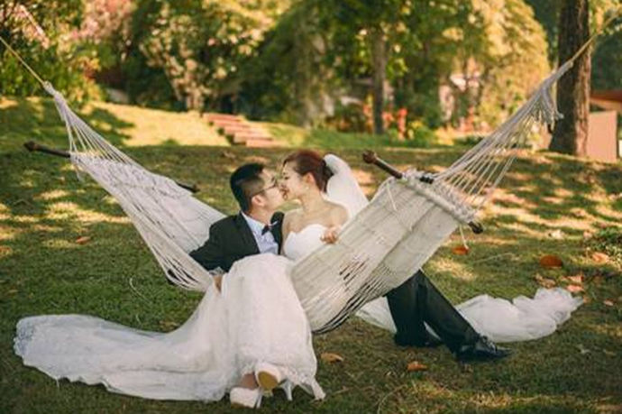 """武汉这个地方有很多好看的景致,所以很多人会选择去武汉拍摄婚纱照,武汉这个地方的别称是""""江城"""",江城适合拍摄婚纱照的地方也是很多的。如果要去武汉拍摄婚纱照的话,一定要提前做好市场调查,了解一下每家武汉旅游婚纱照摄影机构的价格大概是怎么样的一个水平还是很有必要的。"""