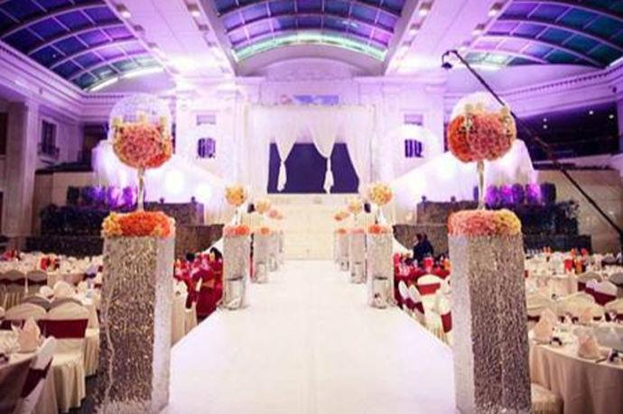 酒店婚礼场地就是结婚当天要用来举办仪式的地方,现如今酒店婚礼场地的形式多种多样,有酒店室内婚礼场地、酒店室外婚礼场地,无论是什么样的婚礼场地都需要注意很多因素,一起来看一下。