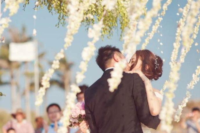三亚目的地婚礼就是摆脱传统束缚的当地婚礼,而选择到美丽浪漫的三亚结婚的旅行,这样的旅行就叫三亚目的地婚礼,任何事物都有多面性,三亚目的地婚礼有优势也有劣势,那么三亚目的地婚礼如何呢?