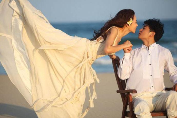 对于即将结婚的人来说,肯定是希望自己的婚纱照能够拍摄的更加的顺利,选择合适的主题非常重要,如果大家喜欢沙滩主题的婚纱照,可以参考一下保剑锋何珈好婚纱照的拍摄风格,他们的婚纱照主题就很有浪漫情节,呈现出来的是很甜蜜的幸福感。