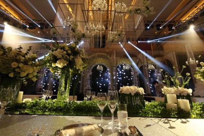 布置酒店婚礼现场,不仅是要看布置清单的内容,同时还要看整个婚礼的开销,从开销上来看,要根据每个家庭的经济情况来衡量,如果婚礼开销超过家庭负荷,那么就失去了婚礼本身的意义。那么酒店婚礼现场的布置要注意什么呢?让我们一起来看一下。