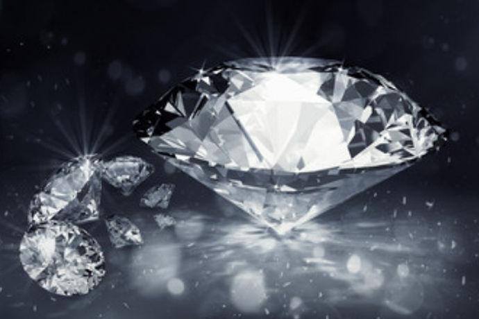每颗钻石的价值都由4C标准决定,而4C中净度就是其中影响最大的因素。净度的英文翻译为:clarity,指的是钻石的内含物,根据不同纯度的大小分为不同等级,fl钻石是等级排第二的钻石,可以说这类钻石几乎完美无暇,因此它的价格也是非常昂贵。
