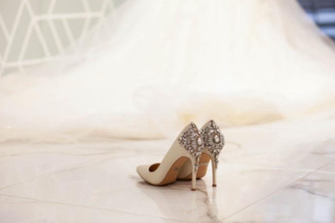 新娘礼服婚鞋搭配技巧的关键词是哪几个,其实可以很简单的指出来,主要是礼服婚鞋搭配和技巧,而其他的词语也是很重要的。但对于搭配技巧来说,其实是对不同的地方以及对于不同的女性,流行的东西以及搭配也是不一样的。对于礼服婚鞋的搭配,最关键的是新娘喜欢哪种类型的婚纱和婚鞋,然后根据设计师的建议敲定最后的婚纱婚鞋。