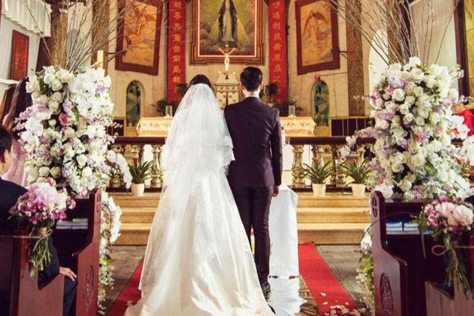 婚礼仪式是中国人步入婚姻生活必不可少的环节,其中父母的致辞更是关键性的环节,男方的父母致辞要有主家的风范,照顾亲家的心情跟宾客的心情,并且表达出对于新人的今后婚姻生活的愿望,致辞虽然简短,但是足以彰显男方家庭的风度跟礼仪。