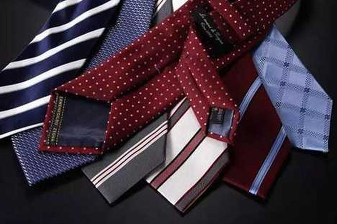 很多人由于对领结和领带的不了解所以经常会犯错误,正确的搭配方式应该是西服搭配领带,燕尾式礼服搭配领结。这样的搭配方式才是最协调最好看的。那么由于亚洲人的身型穿西服更好看,大多数人结婚都会选择西服,所以新郎挑选领带的方法就显得尤为重要了。