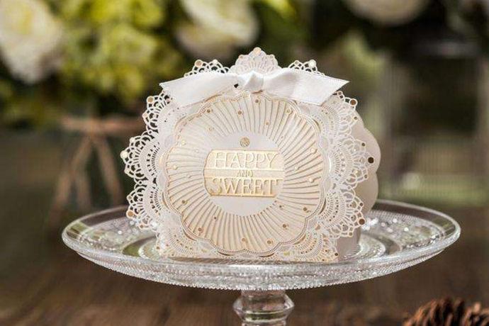 结婚喜糖包装盒是结婚的时候在婚宴上作为宾客人手一份的回手礼,因此精巧精致精美就成为结婚喜糖包装盒的代名词,那么如何选择喜糖包装盒呢?喜糖包装盒的技巧又有哪些?今天我们就一起来了解一下有关结婚喜糖包装盒的种种。