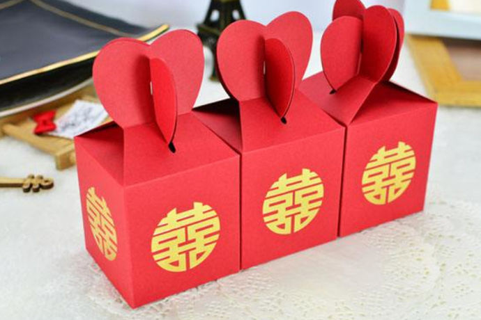 办公室发喜糖注意事项就是结婚后新郎新娘要拎着糖果给办公室同事和领导送喜,让糖果代表你们表达爱情和婚姻的甜蜜。
