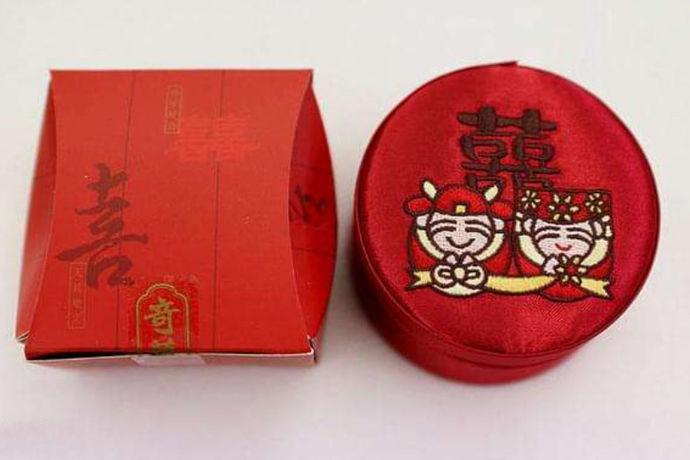 结婚喜饼礼盒就是宾客参加婚礼后随身带回的礼盒,多有礼节性的作用,那么结婚喜饼礼盒都有哪些种类?应该如何选择?这些礼盒的价格又是多少呢?今天就让我们一起了解一下。
