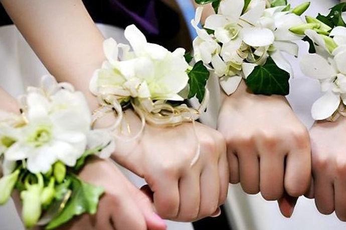 手腕花真花材料,指的是制作手腕花所使用到的腕花材料都为真花。一般情况下手腕花主要采用的都是鲜花和仿真花,鲜花相对比较多些。一般会使用到的花材主要有黄玫瑰,白玫瑰,红玫瑰好像使用得比较少些,主要倾向于比较淡雅的国园风格,其它配饰会使用丝带,还有一些小花点缀。