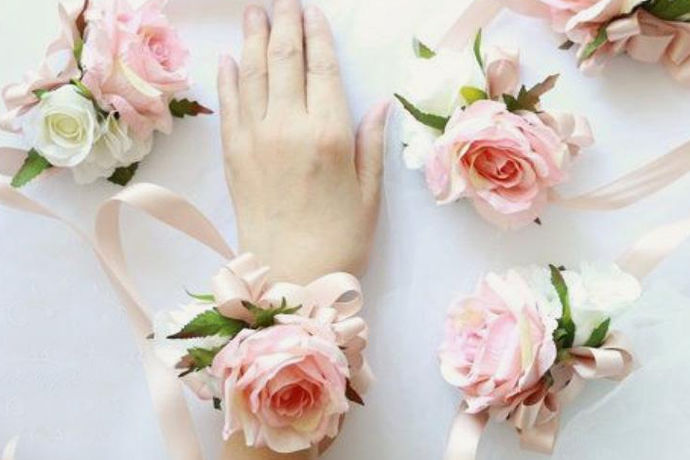 迎亲的时候新郎需要为新娘佩戴上腕花,就涉及到了这个新娘手腕花的制作事宜了,主要是指采用以鲜花或是仿真花作为原材料进行手工制作。仿真花的选择要求上就没什么,而现在人结婚所使用的手腕花一般采用的都是真花。而真花选择时则会有一定的要求,例如新鲜,漂亮,无毒无刺激等。制作一般由新人自己,或是婚庆公司提供,或是找专业人士进行设计定制等。