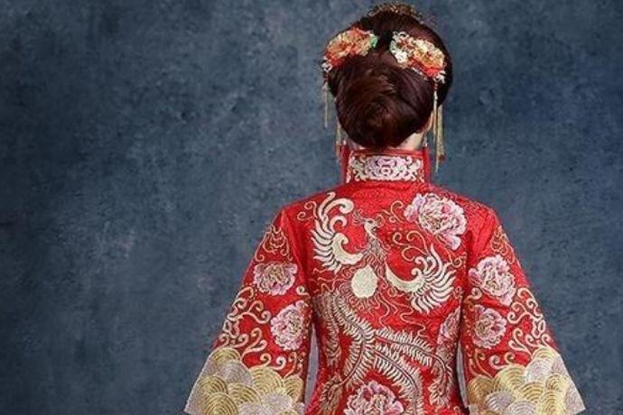 中式新娘发型不同于现代婚纱照的新娘发型造型,而是融合了中国传统女子盘发造型与西方新娘造型,它更多的是体现出中国古代传统韵味与审美。在新娘选择婚礼风格时,中式新娘发型一般与中式婚礼相搭配。它不仅可以体现出新娘的贵气与时尚,更有古风的韵味蕴藏在其中。随着中式婚礼在当下的兴起,中式新娘发型也重新展现在大众面前。下面,不如让我们来了解一下它的的编发过程及欣赏其图片。
