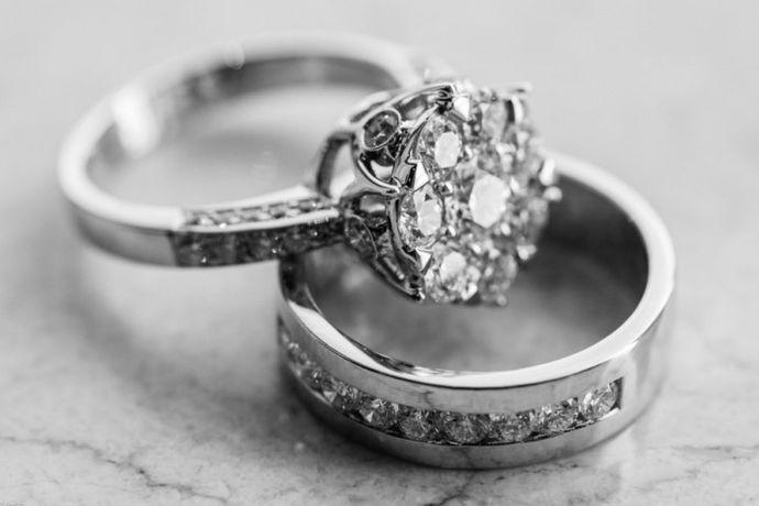 钯金与铂金都属于较为珍贵的金属,也同样能作为首饰的原材料。但相对于钯金,铂金的知名度要高一些,也容易为人所熟知。其实钯金在国外已经逐渐流行起来,并且还能为工业生产提供帮助。钯金与铂金都可以作为首饰,但铂金长期佩戴也不褪色,且铂金价格更高一些。