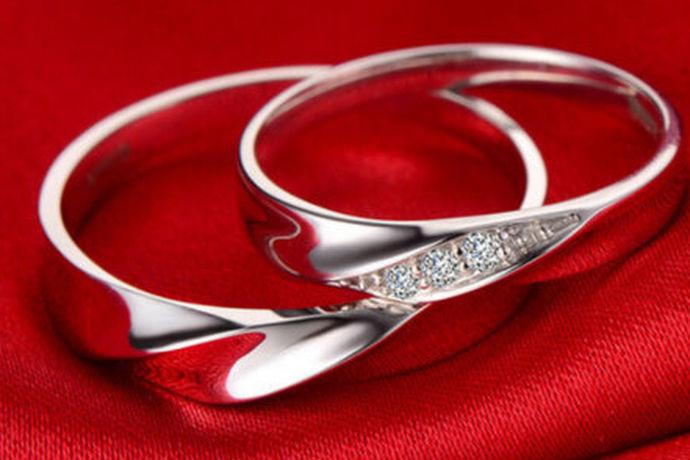 钯金是一种稀有金属,十分珍贵,故市场上价格也持续走高。但相比于黄金和铂金,钯金的性价比却更高,它与二者同宗同族,又具有银白色的外观,柔滑的质感,而价格却少很多,是很多新婚夫妇热衷的选择。钯金戒指可以是纯钯金,也可以与钻石搭配,更可以制作出特殊的形状。