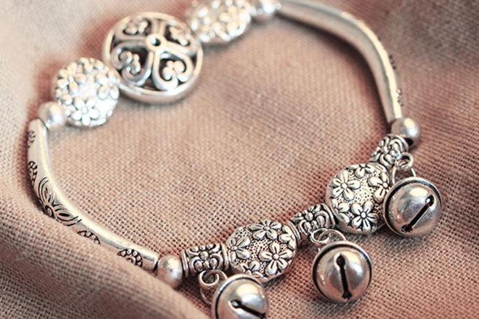 传统风格为主的藏银饰品,往往在内涵上有明确的内容。有如读故事一样藏银饰品简介,往往代表一种品味与需要。比如有人喜欢健康类型的作品,可以通过佩戴让自己越来越健康,这样的作品还可以作为礼物送给长辈,会有很好的意义,是非常好的心意表达。而饰品的装饰作用中,还有爱情,幸福等等的内涵与表达,就是在藏饰品中更有意义的地方,所以选择什么样的饰品,做如何的应用,都会有不同的效果。