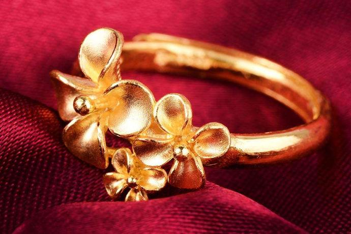 当金的含量达到了999的标准,就说这种材料是千足金。所以解决一个金质量与价格,必须要充分结合材料本身的特点,采用精准测量的方式,确定其金元素的含量,从而判断其价格的影响与整体的金产品的质量标准。目前来看,市场上各种金制饰品都有明确的含量标准,所以选择的金饰,是什么样的成色,主要通过其纯度含量来判断,这也是决定花多少钱,买什么价格产品的关键与重点。