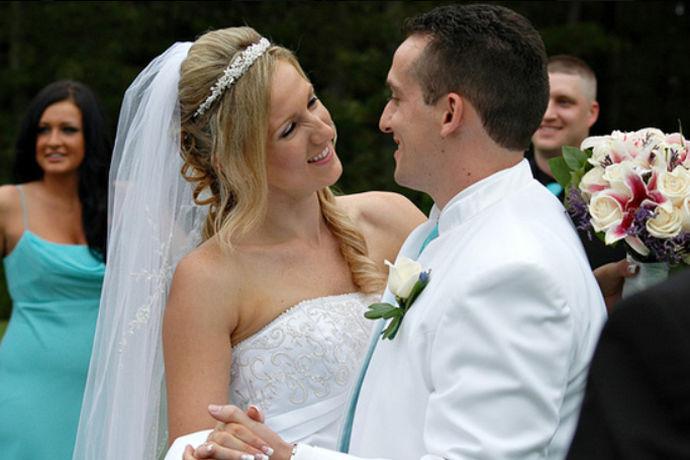 婚姻是爱情的停靠站,也是人生的转折点,在婚礼上,人们的贺词主要是表达对于新人的祝福,并且要祝福在场的宾客,贺词简单但是其中的祝贺要有真感情,简单的婚礼贺词,但是包涵的深意更大。婚礼上的贺词主要是喜庆为主,避免俗套。