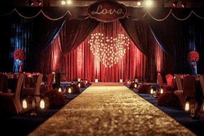 现在很多婚礼都在酒店中举行,一方面是比较方便,另一方面是可操作性强。在酒店中办婚礼,很多的主题还有形式都是可以实现的,在婚礼上宣誓环节也可以做的很唯美,而新郎对于新娘的对白,是整场婚礼的高潮阶段,这段对白是新人值得珍藏一生的礼物。