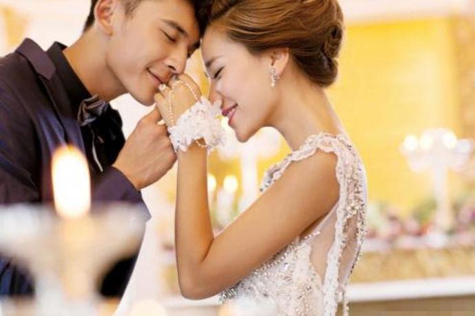 新娘敬酒礼服价格表是给到新娘们一个关于敬酒礼服价格的参考,因为不同种类的衣服它的价格肯定是不一样的,它就像是黄金饰品一样,受到多方面因素的影响。这边给大家说的主要是租赁敬酒礼服的价格,若是有些新娘选择购买的话,那么这个价格就要另当别论了。
