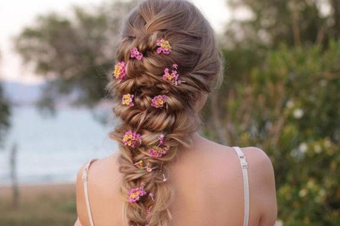 新娘敬酒发型样式就是给到意见,建议新娘们敬酒时应该搭配什么样的发型,因为新娘在婚礼上肯定不止一套衣服,那所搭配的发型也肯定不是一种,所以这个时候一定要选好发型,一方面不会让宾客们感受到审美疲劳,另一方面也会给到大家眼前一亮的感觉。