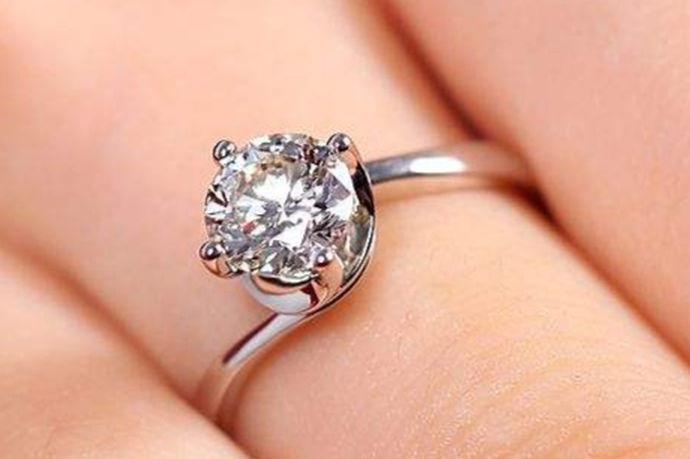 国外中指戴戒指:戴在左手中指上表明已经在恋爱中或已经心有所属,而戴在右手中指上表明想正在寻找爱情。国内中指戴戒指:左手中指戴有戒指是订婚的意思,右手中指戴有戒指是心有所属的意思。