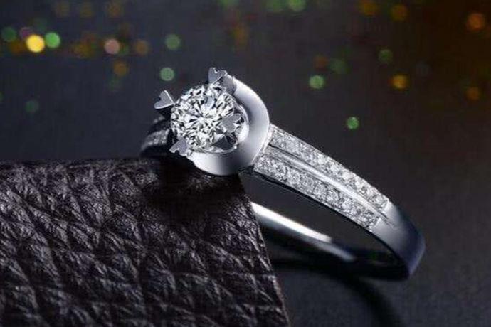 铂金,是一种天然而又纯净的白色金属,特别是由铂金和钻戒结合在一起的铂金钻戒,两者是相互辉映,相互连接,象征的是爱情最动人耀眼的光芒。所以铂金钻戒更需要好好保养和爱惜,才能长期保持应该有的光亮和光度。