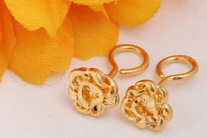 k表示的是纯度,而k金就表示的是黄金的含金量。k前面的数字越高,自然就含金量也会越高。不过因为10k金的含金量比24k金那些相对要低一些,所以经常会掺杂着其它的一些金属物质,但是也是会有人选择买10k金的黄金饰品的,比如说10k金耳钉。