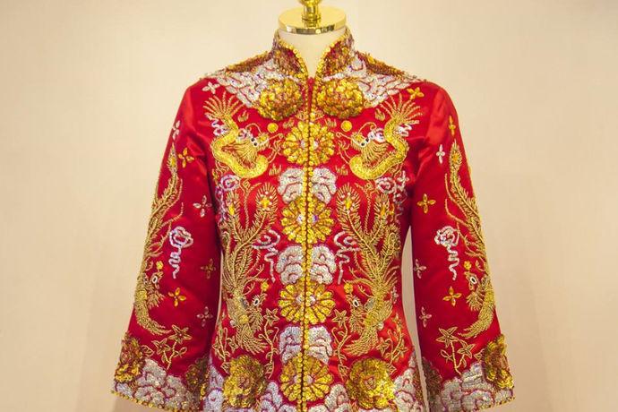 龙凤褂的款式复古刺绣华丽,类型众多各有千秋,可以让喜欢不同风格的准新娘都能从中选择适合自己的龙凤褂。但是在选择了龙凤褂作为婚礼服饰后,还需要考虑的一个问题就是龙凤褂什么时候穿,这些相关的知识都需要准新娘们提前进行掌握。