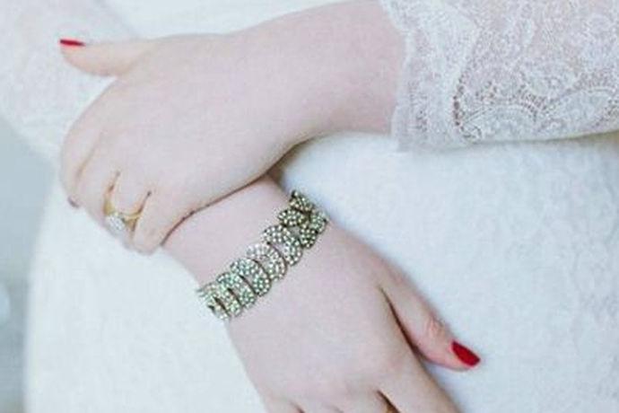 新娘在结婚时佩戴一串漂亮的手链,可以将胳膊衬托的更加光洁,可谓有画龙点睛之效。不过,挑选一条好的手链并不容易,要根据自己的肤色挑选合适的颜色,还得根据结婚所穿的婚纱挑选合适的款式,有时,还得根据不同的举办婚礼的场地来挑选,所以,一起来看看新娘购买手链的注意事项吧!