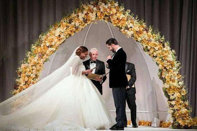 微信结婚请柬制作软件有哪些是指新人想要制作一份可以用来在微信上推送的电子结婚请柬时可以使用的APP软件有哪些,前期先做好了解,选择他们喜欢的制作模板来进行请柬的制作修改工作。新人也可以在结婚请柬上加入很多他们喜欢的元素让自己的婚礼请柬更加丰满,可以让宾客看出我们对于婚礼的用心程度。