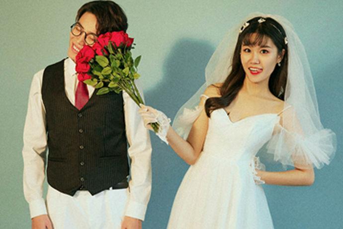 日式婚纱照风格独特,清新唯美的画面感,会给人很舒服的视觉观感。因为日式婚纱照的整体画面比较简单,色调的搭配也是相当小清新的,所以也让这种风格在中国的婚纱摄影市场大火,受到了很多人的追捧。喜欢日式婚纱照的年轻人是很多,这种更加贴近生活的拍照方式很有魅力。
