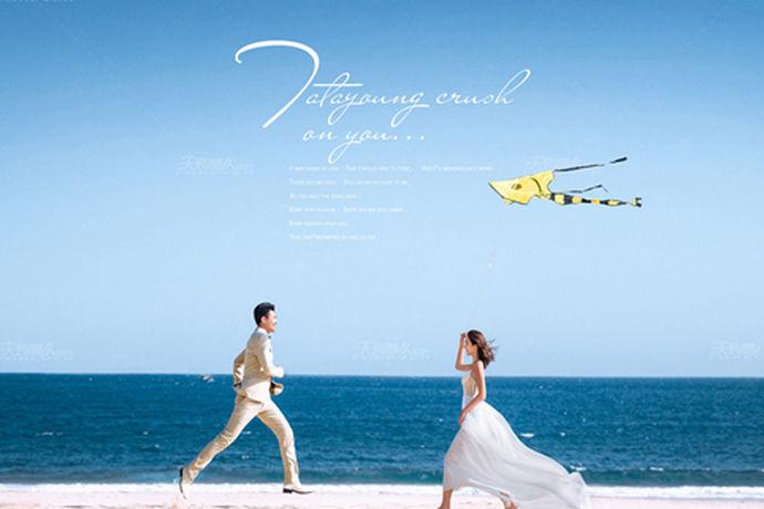 海天一色的梦幻与唯美的感觉是很多人比较喜欢的婚纱照主题,能够拥有最美和最纯粹的蓝色。整体的画面感会让人觉得很舒服,或许也正是因为这个原因,海边婚纱照风格受到了很多新人的喜欢。不同的季节去海边拍摄婚纱照都是非常合适的,而且只要掌握了正确的拍摄技巧,海边婚纱照风格也会更加的鲜明,春暖花开的时候可以去海边拍摄,秋高气爽的时候也可以去海边拍摄,都可以拥有碧海蓝天的完美画面。