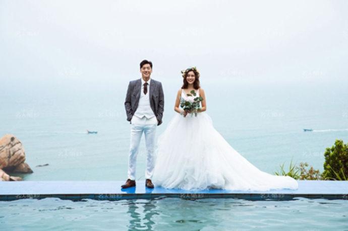相信每一个女孩子都曾无数次幻想和自己最爱的人拍摄唯美的海边婚纱照,海边,可以说是一个很美好的地方。如果大家想要拍摄这种主题婚纱照,一定要把握拍摄的技巧,选择合适的海边婚纱照服装造型,这样才能够在蓝天白云下呈现出更好的样子。新人不妨试想一下和自己最爱的人在海风吹拂下,甜蜜地演绎浪漫的爱情,呈现出最好的样子和最好的状态。