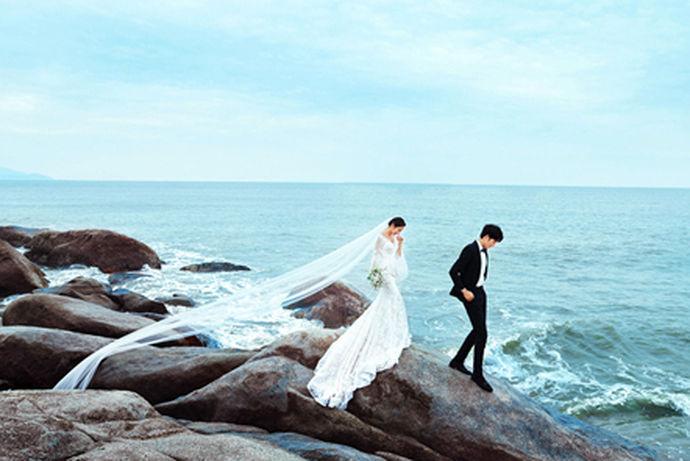 海边,是非常浪漫而休闲的度假圣地,其实,这也是万千新娘比较喜欢的拍婚纱照景点,能够在湛蓝无边的大海拍摄好看的婚纱照,相信是很多新娘比较期待的结果,相信大家从一些海边婚纱照片大全中也可以感受到这种浓郁的浪漫气息和艺术气息,婚纱照如果可以在接近大自然的地方拍摄,也肯定是很美好的事情,选择正确的服装和姿势,其实就可以自由的演绎属于两个人的爱情故事。