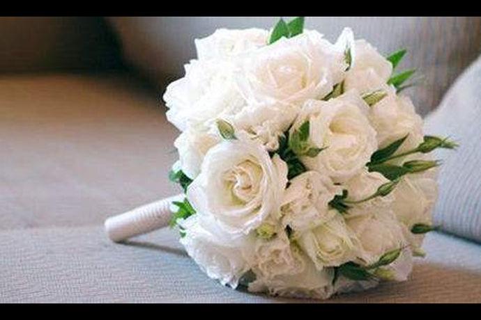新娘手捧花一般价位是指在准备婚礼用品的时候,需要了解一下新娘子在婚礼上使用的手捧花的价格区间如何,新人提前做好手捧花价格的了解,能够更加方便他们合理规划婚礼预算和支出,并且还可以通过对比来选择性价比更好的地方进行手捧花的采买工作。