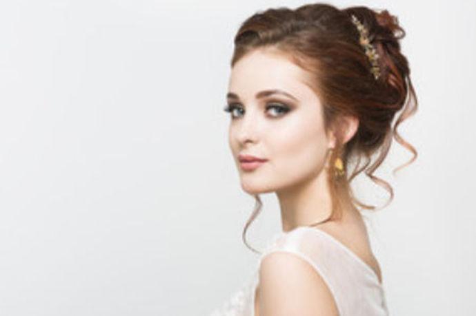 新娘敬酒发型教程就是让各位新娘以及化妆师们了解一下,在新娘敬酒的过程中什么样的发型是最为合适的。那这边所介绍的发型肯定是比较百搭的,能够适合大部分新娘,而且款式也会比较简单,婚礼上时间还是比较紧张,过于复杂的发型肯定会有些不合适。