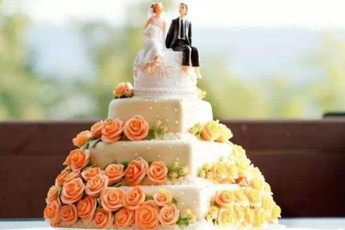 婚礼上应该注意问题有很多,大到结婚场景,结婚形式,小到给每位客人发结婚请柬,定制好看又不失格调的结婚蛋糕等等。那么,今天我们就来说一下定制结婚蛋糕注意事项。