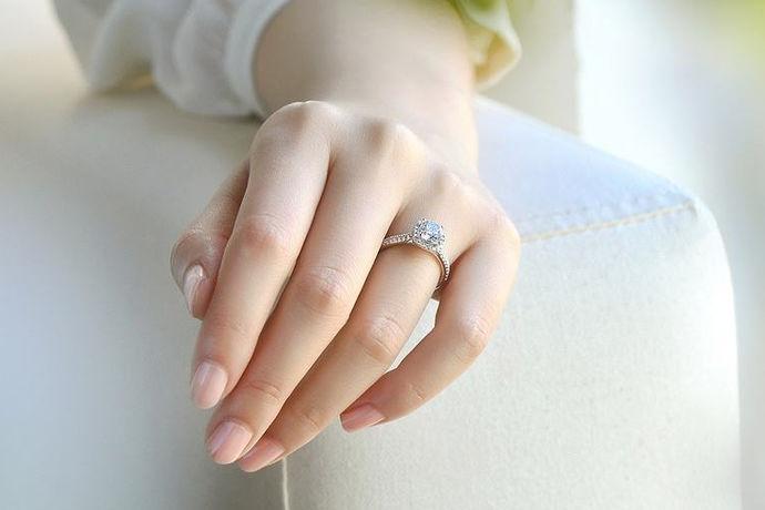 挑选一颗优质裸钻,再通过定制戒托,制作成一枚精美的钻石戒指送给新婚妻子,独特而又美好,既彰显了与众不同的时尚,也可以把它当做婚礼纪念品,更甚至是一种爱情的见证。这中超自由化的定制流程可以让设计师将你的喜好和意愿完全的满足,可以自己勾画设计图,或者讲你们之间的美好爱情故事讲给设计师听,那么,你会得到一款意义非凡的钻戒。钻石戒托哪些品牌可以定制,是我们应该关心的问题。