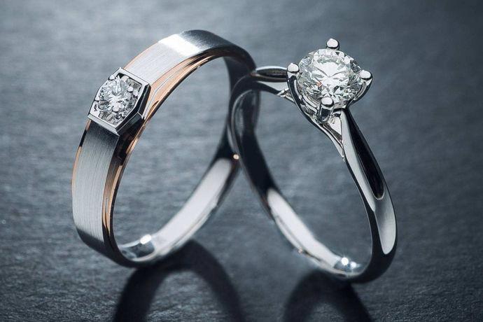 要选择价格合理的钻石戒指,一定要考虑全面,有目标有预算的进行选择,这样实际的钻戒选择普遍方法。以专业为基础,有明确目标与标准,性价比的要求作为基础,是要达到的选择目标。从选择钻石戒指的质量标准,主要关注的应该品质与成色、切工与质量,结合钻石的鉴定证书来判断比较客观。购买钻戒注意事项,就是结合选择目标,进行多方对比,产品对比,市场行情了解,预算的考虑,就可以放心选择了。