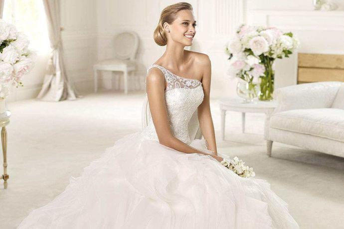 穿上婚纱,每个女孩都是梦中的公主,在婚礼上穿上美丽别致的婚纱,是每个女孩都梦寐以求的。设计师们正是契合每一位新娘的需求,用她们学到的专业结合自己的灵感,设计出各种各样的别致的婚纱。