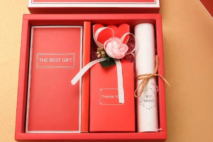 结婚回礼小礼物其实有很多,在进行选择时,不一定选择很贵重的,主要是代表一下自己心意。当然了,对于重要客人,由于送的礼比较重,自然在回礼时,相对要在价格方面要倾斜一些。具体结婚回礼小礼物怎么去选择?都有哪些比较合适的小礼物?在本文就做了具体介绍,千万不要错过了了解机会。