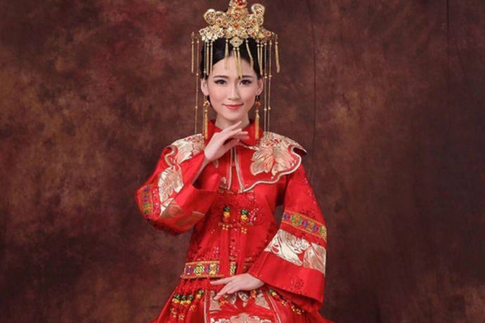 中式旗袍新娘发型对于穿旗袍结婚的新娘来说还是很重要的,一个好的发型可以提升整个人的气质。那旗袍是我们中国服饰里面的特色,穿着旗袍结婚寓意也是很好的,所以这时我们的整体妆容一定要和旗袍所搭配。除了日常配饰以外,我们最能够改变的地方就是我们的发型了。