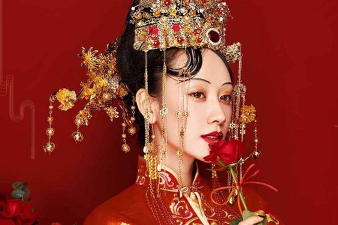 中式新娘发型图片列举了一个个头戴凤冠霞帔身着红色嫁衣的新娘发型图,每一个都造型别致没有重样的。中式新娘发型组重要的特点就是古典感。因为从时候开始嫁衣便是长衫式的,这样的嫁衣配中式新娘发型可以完美地展现新娘的美,好似穿越了时空一般。