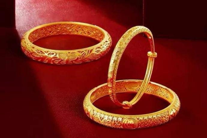 素金通常所指的是指一些纯金属打造的首饰,这些首饰不想钻戒那样上面镶嵌了名贵的宝石,例如一些由纯金打造的金属饰品等。在这里小编还要着重讲一下18K金具体指代的是什么。