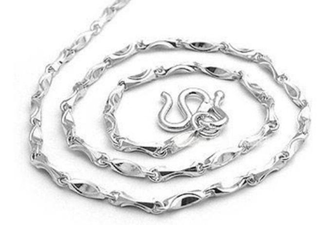 铂金首饰:是指铂金材质的一些饰品,这些饰品包括铂金戒指,铂金项链,铂金钻石戒指等,结婚时新人可以根据自己的喜好选择不一样的款式,而铂金首饰在选购上也非常的有讲究,比如选择什么成色的,多少纯净度会保值;铂金镶钻好还是单独铂金的好。