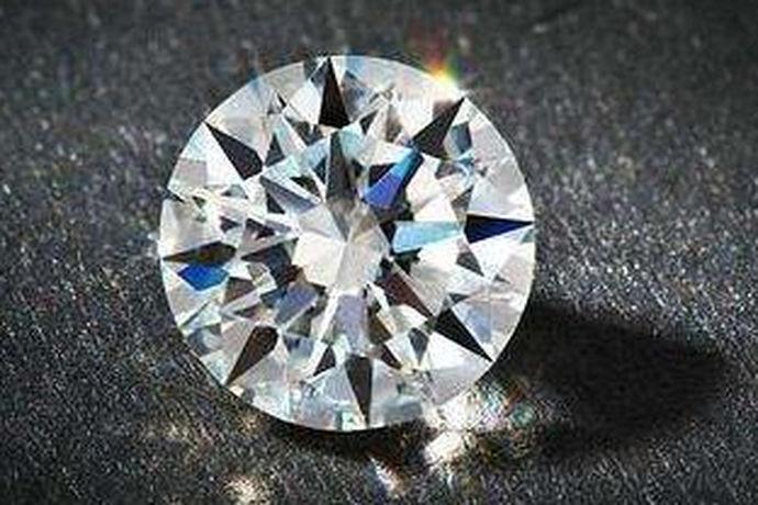 钻石的净度是4C标准之一,也是衡量钻石价值的关键。钻石的净度其实就是钻石的内含物和表面瑕疵数量、大小、位置和识别度究竟有多大。净度的官方说法是净度特征,越高等级的钻石,它散发出的光芒也越闪亮,接下来就一起来看看钻石颜色净度的分级表,从专业角度剖析钻石的真正价值在哪里。